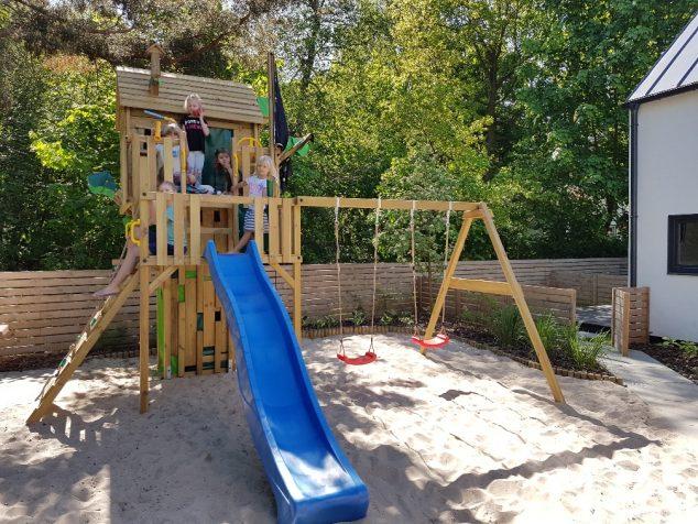 huśtawki i zjeżdżalnia dla dzieci
